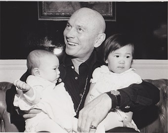 """1975 Vintage Press photograph - Yul Brynner and Family - Boston - """"Enjoys the Role"""""""