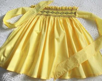 vintage yellow apron, embroidered with smocking, yellow cotton apron, like new vintage apron, handmade apron, retro apron, kitchen decor
