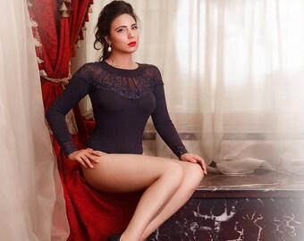 Beautiful bodysuit with fan-like lace applique
