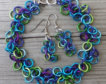 Colorful chainmaille bracelet and earrings set in blues and greens; chainmaille jewelry; chain maille bracelet and earrings; ocean colors