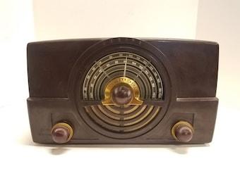Vintage Zenith Tone Register Tube Radio Bakelite Case Model 7H920 1949 Table Top,  Good working order, in Excellent condition.