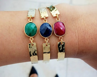 Gold plated hammered bracelet of 24 carats with semi precious gemstones