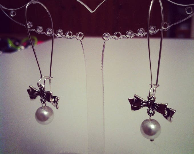 Earrings bows large silvery white fasteners
