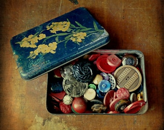 Vintage Buttons, Tin of 1930s-40s-50s Buttons, 100+