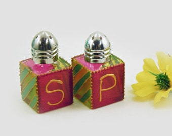 Mini salt and pepper shakers - Hand painted glass - Fuchsia and green