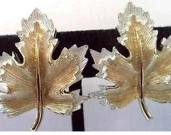 "Lovely Mid Century Vintage Signed SARAH COV Silvertone & Goldtone Etched LEAF 1 1/2"" Clip on Earrings"