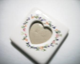 Vintage Porcelain Picture Frame Pink  Blue  Green Leaf Trim Ivory Ceramic Heart Cutout Photo Holder Mini Heart Frame Valentine Gift Frame