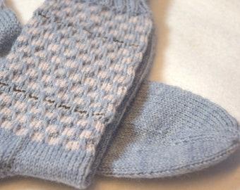 Graue Socken mit rosa Muster im Schaft Gr. 38/39, Geschenkidee für Frauen, von Hand gestrickt