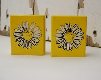ADORABLE WOODEN DAISY Salt and Pepper shakers shaker set bright yellow solid wood cottage chic country kitchen vg inc made in japan daisies