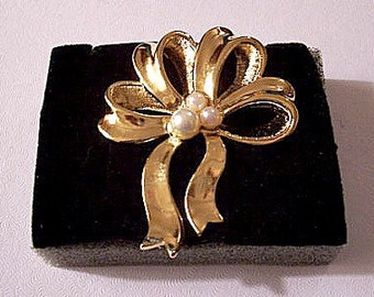 Avon Pearl Big Bow Ribbon Pin Brooch Gold Tone Vintage 1995 Large Loops Wide Smooth Textured Swirl Bands Three Assorted White Beads