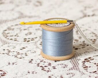 Crochet crochet collier en jaune. Collier pendentif. Cadeau pour elle. Cadeau amoureux au crochet. Upcycled collier. Vintage au crochet. Crochet crochet de rechange