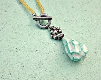 Collier, perles fermeture devant avec pendentif en papier recyclé: ondulation