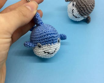 Shark-shaped keychain; Amigurumi shark in cotton; Marine key ring; Key-ring for men and women.