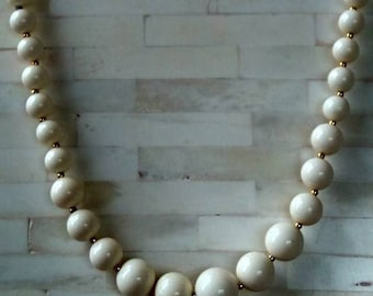 """Necklace / 22"""" / White Graduated Round Beads / Vintage"""