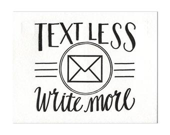 Texte moins. Écrire plus. -Carte postale typographie