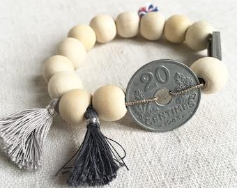 """Bracelet """"JEANNE""""  perles bois naturel, piece monnaie ancienne et breloques grises"""