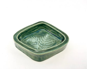 Ceramic ringdish in green with a farn illustration, greenterior