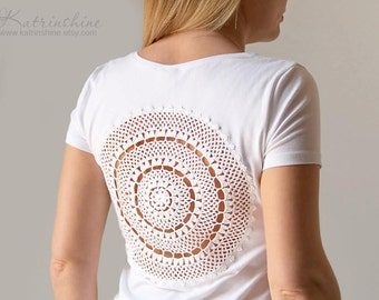 White t-shirt with upcycled vintage crochet doily lacy back - Size M-L