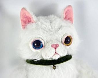 Chat Longair blanc dans un collier, jouet d'art fait à la main pièce unique