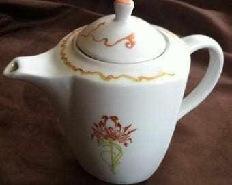 Porcelain with floral 1930s pattern teapot
