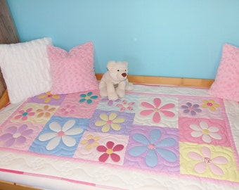 Modern pastel bedspread with big flowers for girls