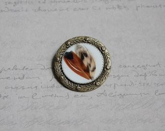Brooch Bronze 3.5 cm in resin and 2 feathers