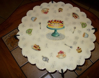 Footed serving dish for serving cakes