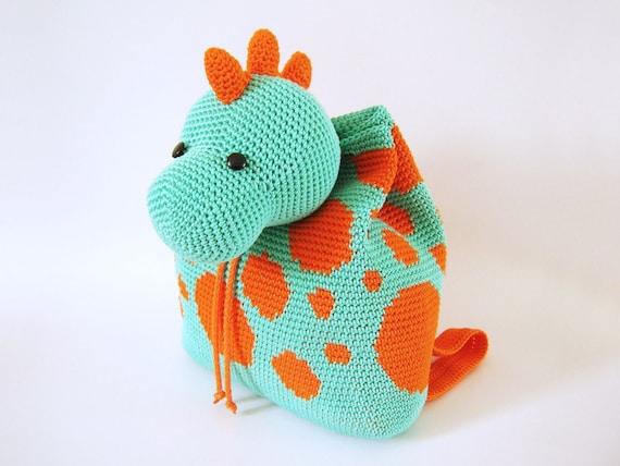 Patrón de gancho para mochila de dinosaurio. Un accesorio