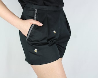 Black highwaist bees embroidery shorts