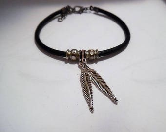 Bracelet leather and feathers