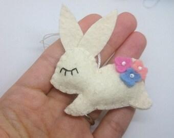 Felt rabbit ornament with flowers - handmande felt decoration - Easter bunny - Décoration for Spring - Nursery -  Baby shower - eco friendly