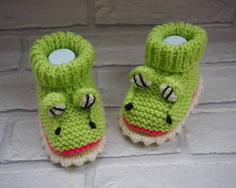 crocodile booties/Crocodile shoes/knitted baby booties/baby slippers/baby shower gift/unisex booties/novelty booties/animal booties.