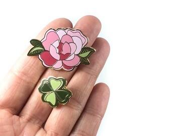 Enamel Pin (lot de 2) - fleur de pivoine rose + Lucky quatre feuilles trèfle Pin - FLORAL Collection Exclusive de tatouage il (PIN003)