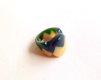 Zigzag yellow & green Bakelite look chunky ring / Zig zag laminate resin plastic ring