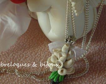 COLLIER ROSES SOULIER ras de cou bijou :boutons de roses blancs  sur petit soulier en résine noire artisanal et unique