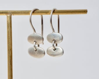 Pedernales. Two silver Pebble earrings.