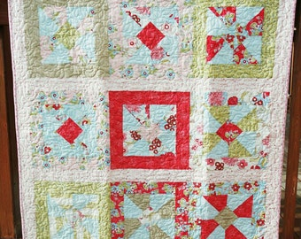 Small Quilt- Blossoms. Pieced Quilt. Floral Garden Theme Blanket. Machine Quilted. Patchwork Quilt