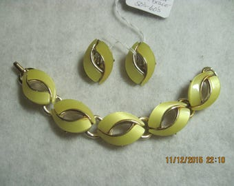 Vintage BEAUTIFUL Gold & Moonglow/Satin Yellow Thermoset Bracelet and Clip Earrings....#2199