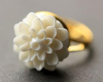 White Mum Flower Ring. White Chrysanthemum Ring. White Flower Ring. White Ring. Adjustable Ring. Handmade Flower Jewelry.