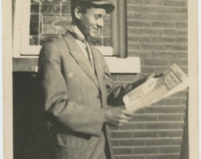 Vintage Snapshot Photo: I read the news today... [86687]