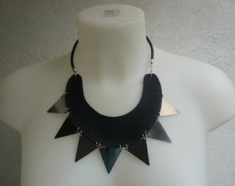 Necklace art deco half-moon in leather and triangle silver