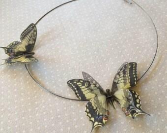 Fliegen - handgemachte Halskette Halsband mit Schwalbenschwanz blass gelbe Schmetterlingen in Baumwolle und Seide Organza