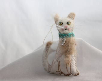 Quilty Critter Kitty Cat / Silly Face Beige Kitty / Turquoise Collar with Silver Fish