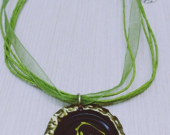 Capsule necklace, unique, handmade, made in Quebec, abstract, beer, original jewelry, green and black necklace