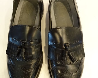 sale item-MENS LEATHER SHOES[ Dexter brand] Black, size 9.5 medium width,wing tip fringed tasseled style, Business shoe,like new,circa 1990s