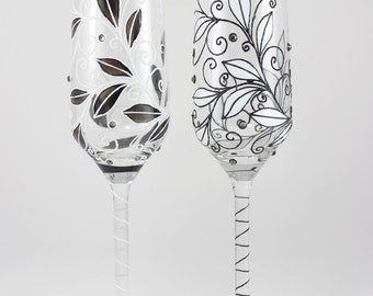 Classic Black and White Wedding flutes, Champagne Flutes, Toasting flutes for Classic Wedding, Personalized  Glasses, Bride & Groom gift