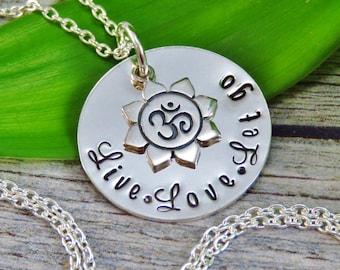 Prêt à expédier - main estampé Bijoux - Collier en argent Sterling - Live Love Let go - Om Charm - breloque fleur de Lotus - Yoga bijoux