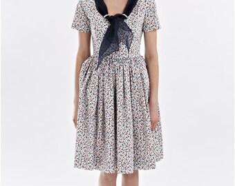 Sur la vente des années 1950 robe des années 50 grande robe grand col en V floral robe robe robe avec poches à l'ajustement et flare Robe florale de demoiselle d'honneur robe de la main