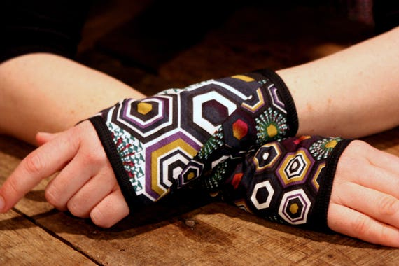 Short glove/cuff in pattern Kaleidoscope purple/green. Jersey cotton.