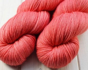 Skein hand - dyed Fingering - superwash Merino - 100 g / 400 m - coral